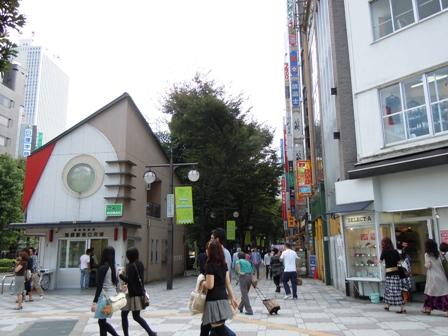 東口を背に(交番前).JPG