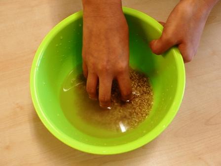 玄米を洗い、汚れを落とします.JPG